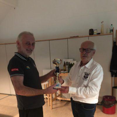 Der Wanderpokal wird endgültig von Walter Dengler, OBM der MBF übernommen